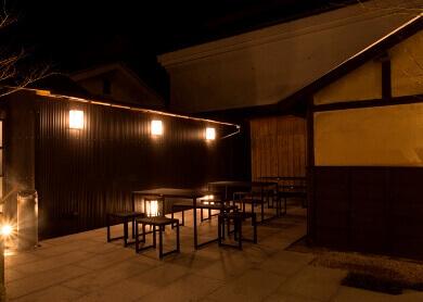 ライトアップされた庭のお席