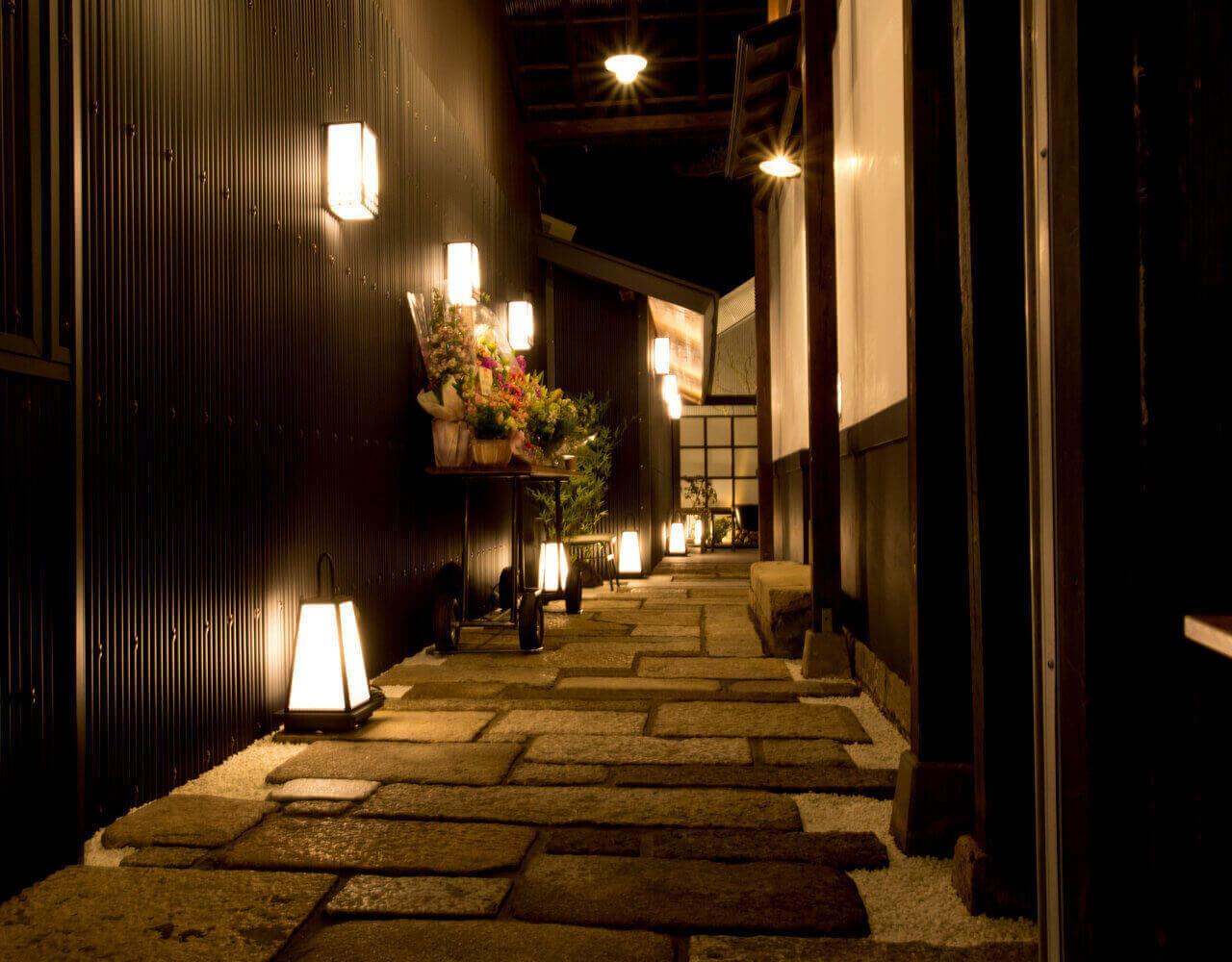 店舗のエントランスは京都の路地裏をイメージしてます
